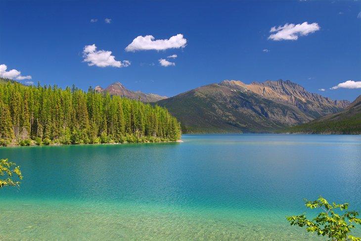 Lago Kintla en un día soleado