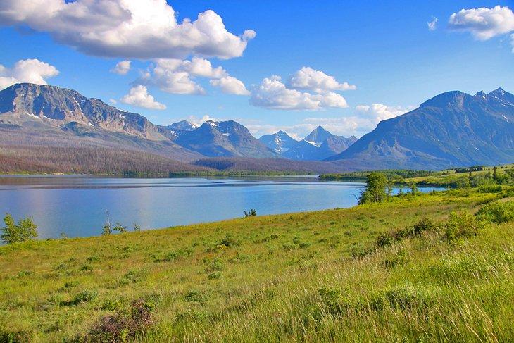 St. Mary Lake cerca del campamento del sol naciente