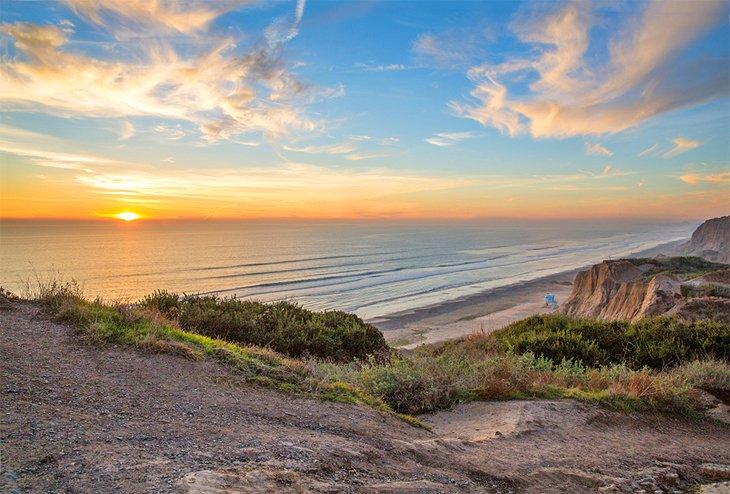 Atardecer en el océano en la playa estatal de San Onofre