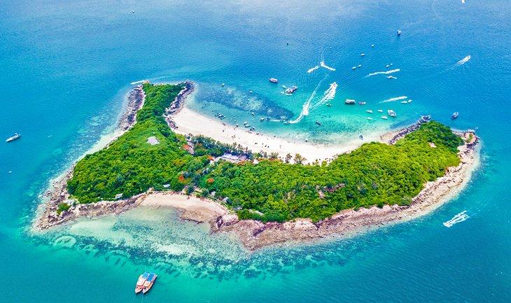 Вид с высоты птичьего полета на остров Кох Лан у Паттайи.