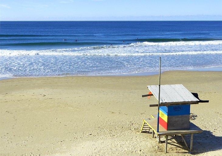 Cabaña de salvavidas en la playa Costa Azul