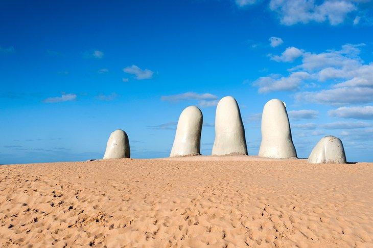 La mano en la playa Brava