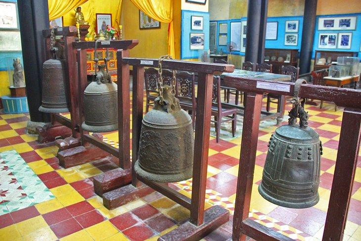 Campanas del templo en el Museo de Hoi An