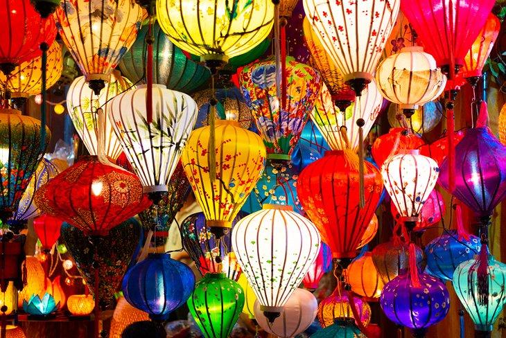 Linternas de colores para la venta en el mercado nocturno de Hoi An