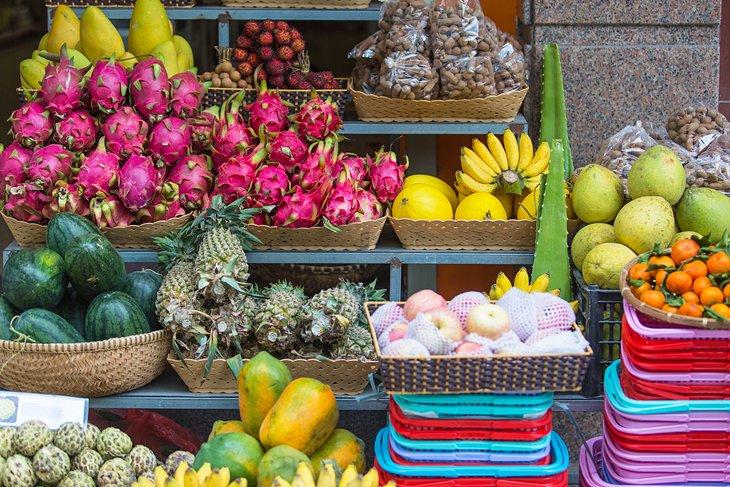 Frutas tropicales para la venta en un mercado de Nha Trang