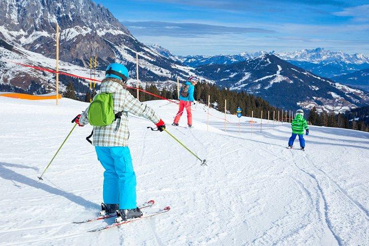 Una familia disfrutando de las pistas en Austria