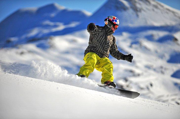 Snowboarder en polvo fresco, Austria