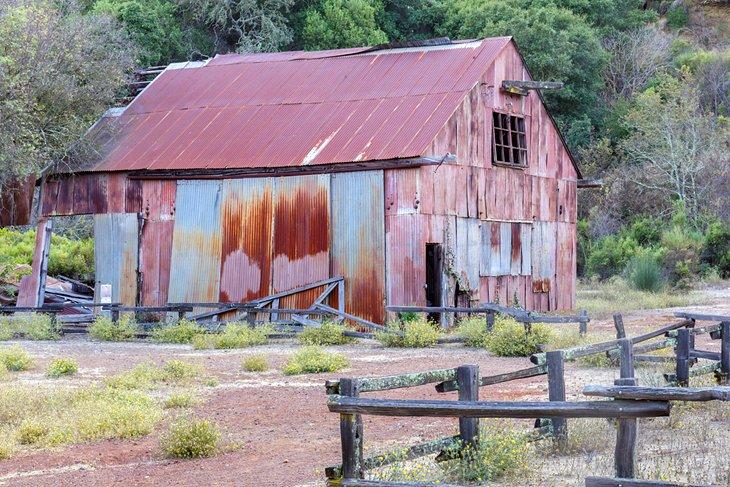 Antiguo granero de chapa utilizada en la minería de mercurio en Almaden Quicksilver County Park