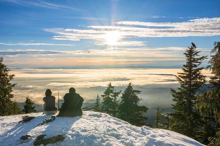 Excursionistas disfrutando de la impresionante vista desde la cima de Dog Mountain