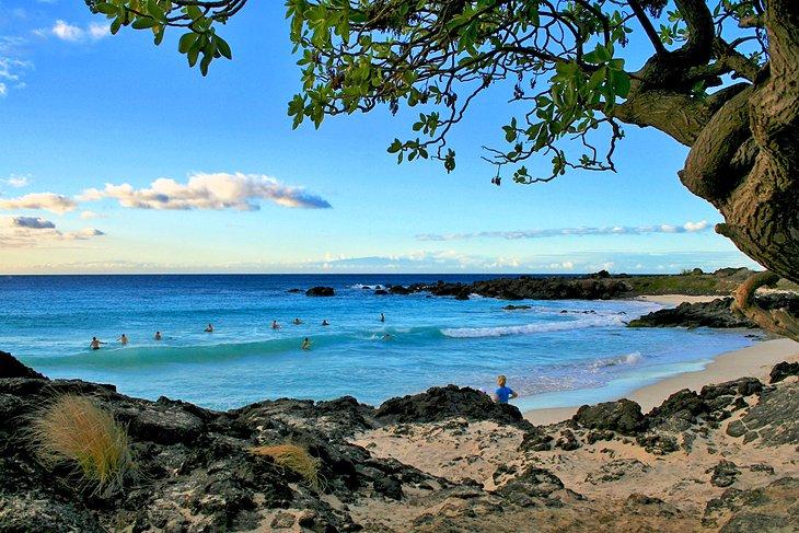 Surfistas en la playa de Manini'owali