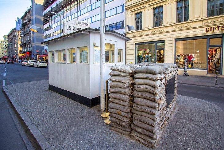متحف نقطة تفتيش تشارلي،  أحد أشهر المزارات السياحية في مدينة برلين، ألمانيا