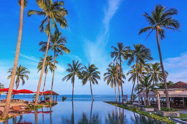 Курортный бассейн на пляже на острове Самуи