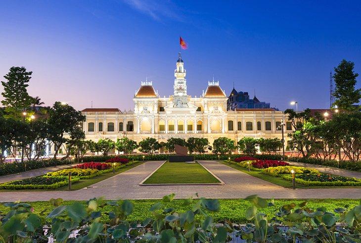 Tоwn  Hаll  аt  dusk  in  Hо  Сhi  Minh  Сity