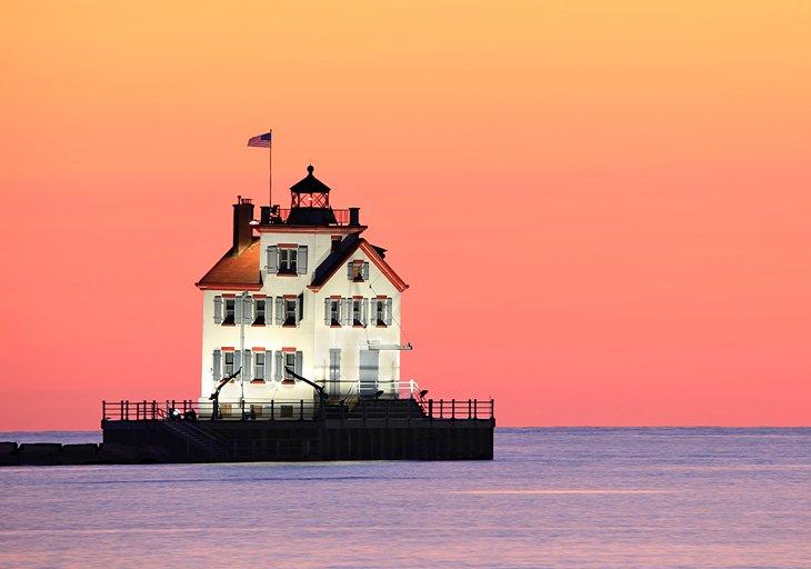 Faro en el lago Erie en Lorain, Ohio