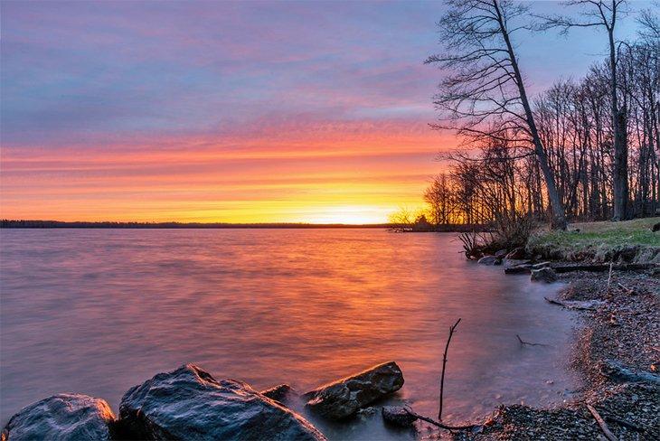 Puesta de sol de invierno sobre el lago Pymatuning