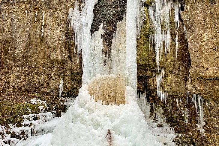 Cataratas del anfiteatro congelado