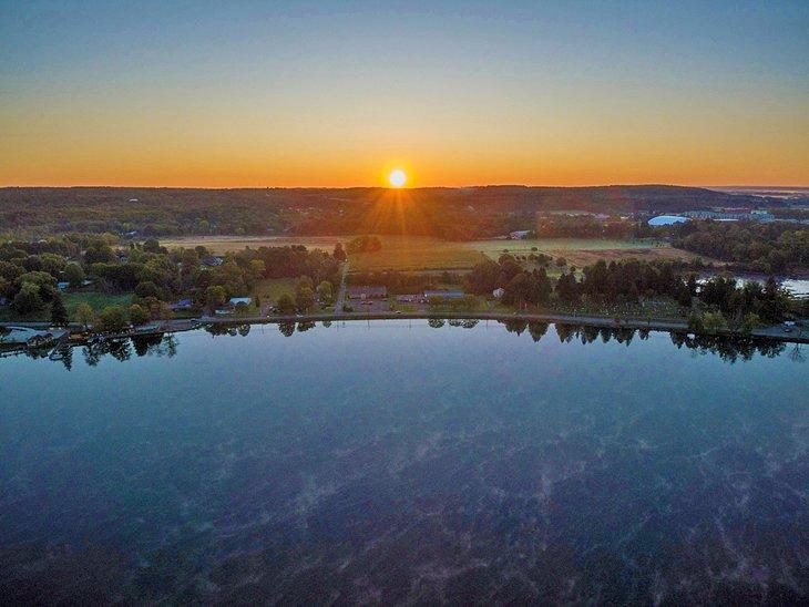 Amanecer sobre el lago Edinboro