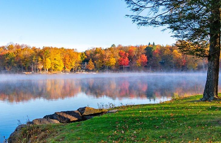 Niebla y colores otoñales en el lago Ariel