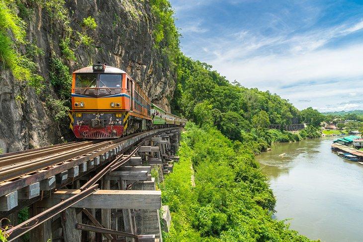 Поезд на мосту через реку Квай