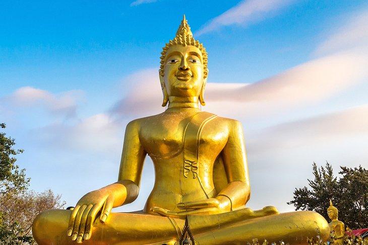 Золотой Будда в храме Ват Фра Яй в Паттайе.