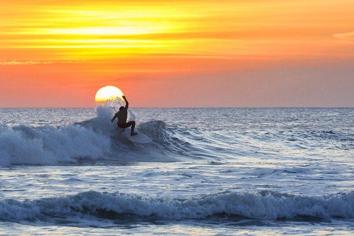 شاطئ كوتا من أهم المناطق السياحية في بالي، إندونيسيا