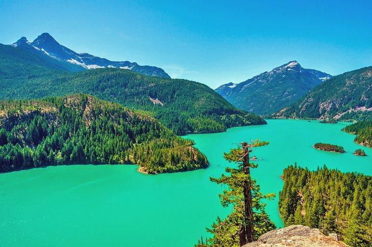 Hermosa vista del lago Diablo, Parque Nacional North Cascades