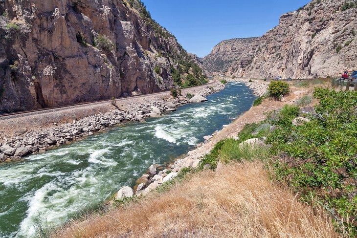 Río Bighorn que fluye a través del cañón del río Wind