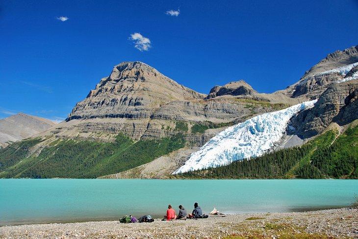 Excursionistas disfrutando de la impresionante vista del lago Berg en el Parque Provincial Mount Robson