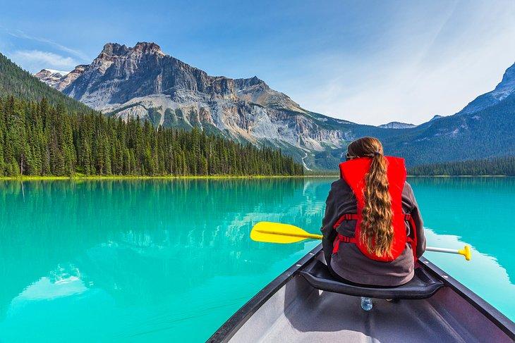 Piragüismo en el lago Esmeralda en el Parque Nacional Yoho