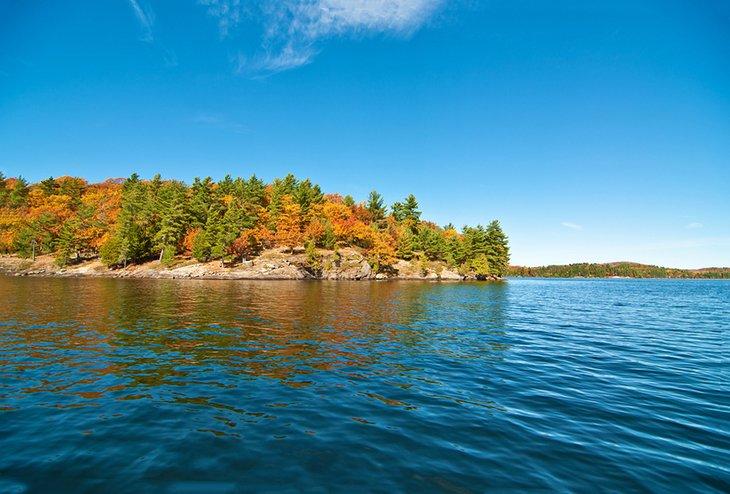 Colores de otoño en la costa del lago de las bahías