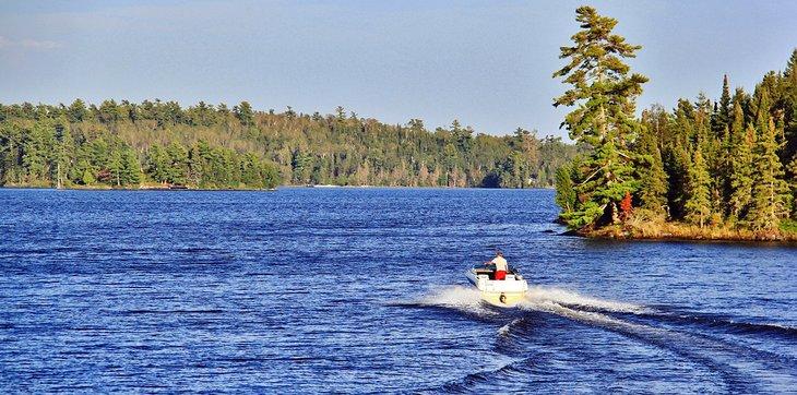 Barco en el lago de los bosques en Ontario