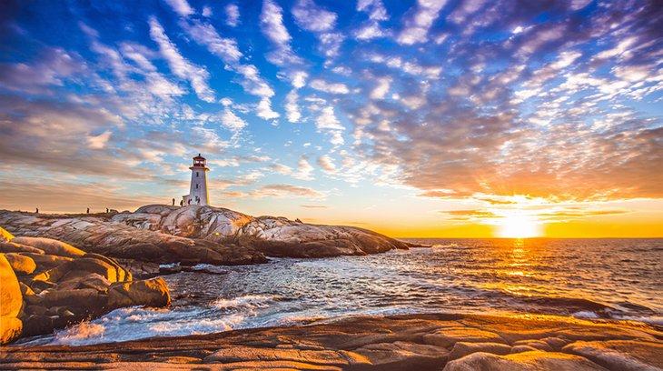 Faro de Peggy Cove al atardecer en Halifax
