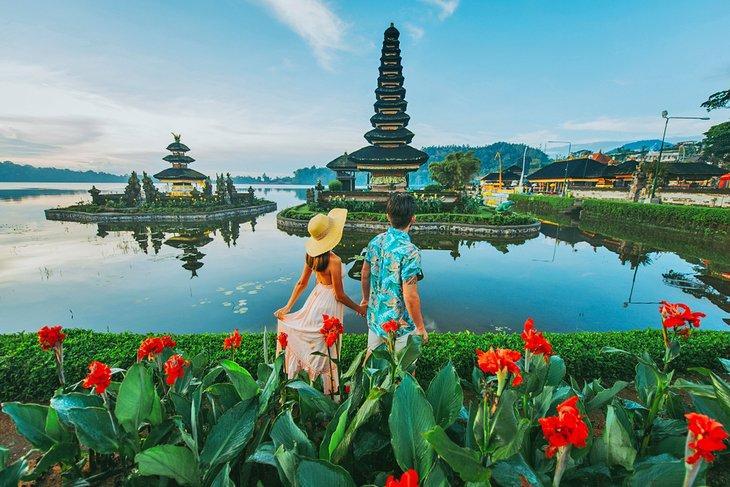 Пара в храме Улун Дату Братан на Бали.