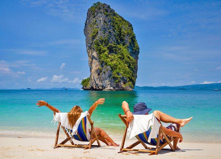 Пара наслаждается медовым месяцем на прекрасном пляже в Таиланде.