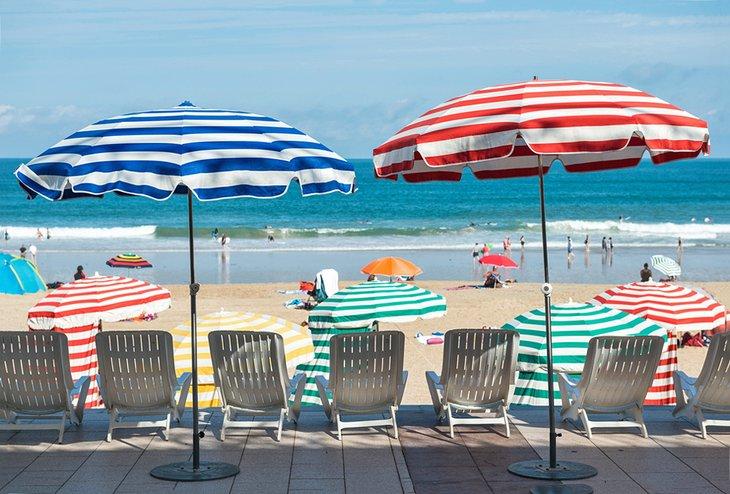 Sombrillas de rayas en la playa de Biarritz