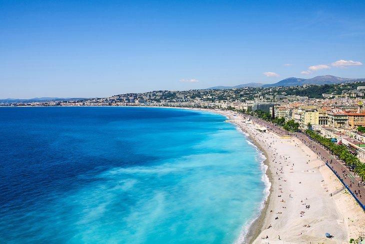 Playa en Niza en un hermoso día soleado
