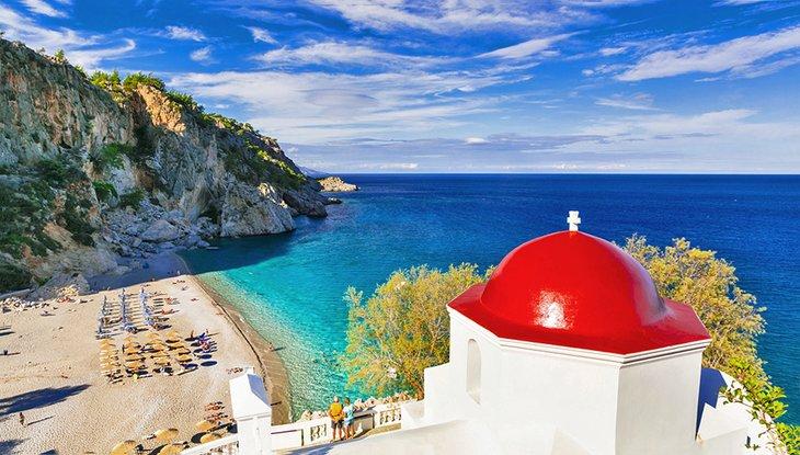 Iglesia griega con vistas a la playa de Kyra Panagia