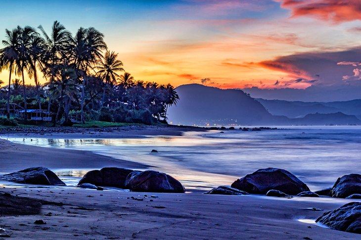 Amanecer en la playa de Cimaja en Java
