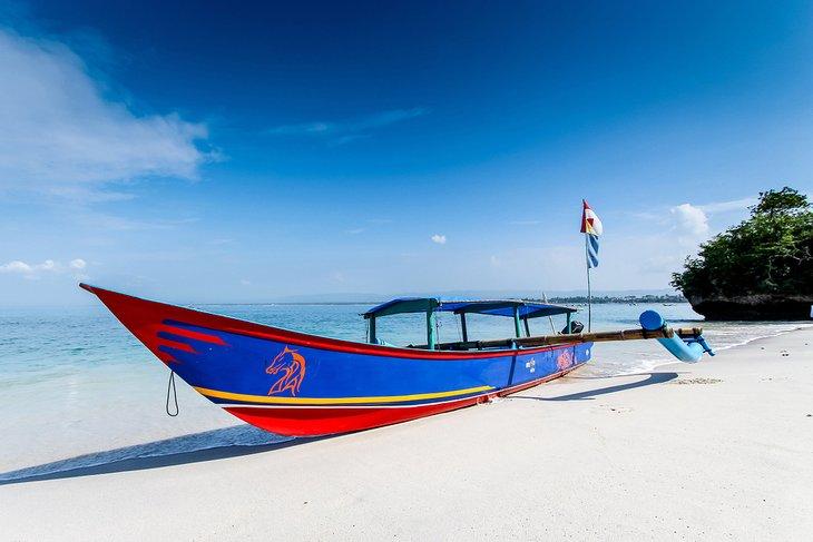 Barco de pesca en la playa de Pangandaran