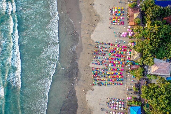 Vista aérea de coloridas sombrillas en la playa de Seminyak