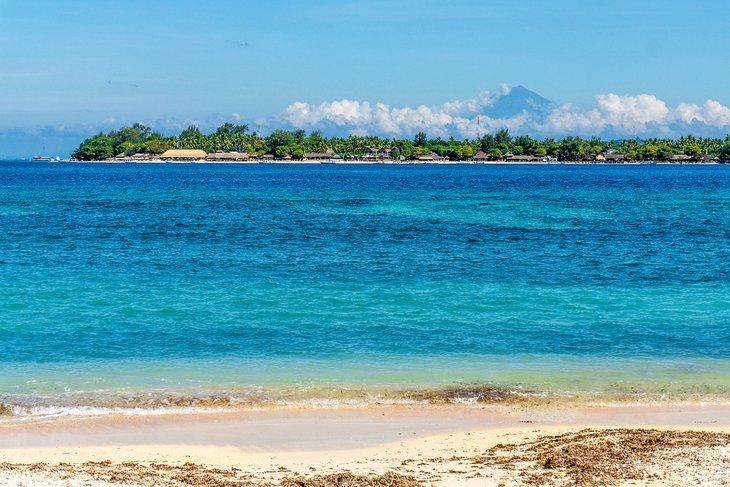 Sire Beach en Lombok con el monte.  Rinjani en la distancia
