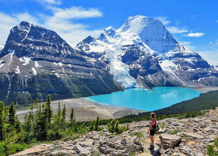 Caminante admirando el lago Berg, el glaciar Berg y el monte Robson