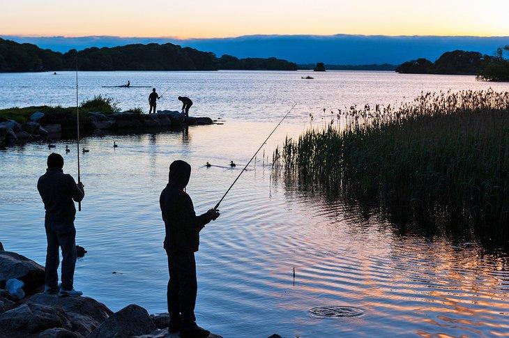 Pesca al atardecer en un lago cerca del Parque Nacional de Killarney