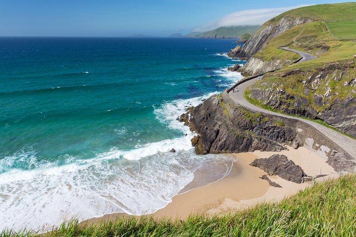 Playa con acantilado entre Slea Head y Dunmore Head en la península de Dingle