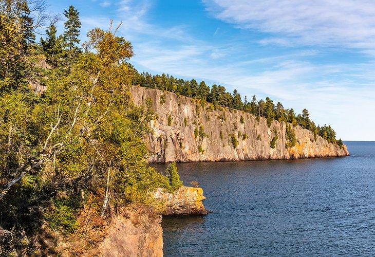 Acantilados a lo largo del lago Superior en el Parque Estatal Tettegouche