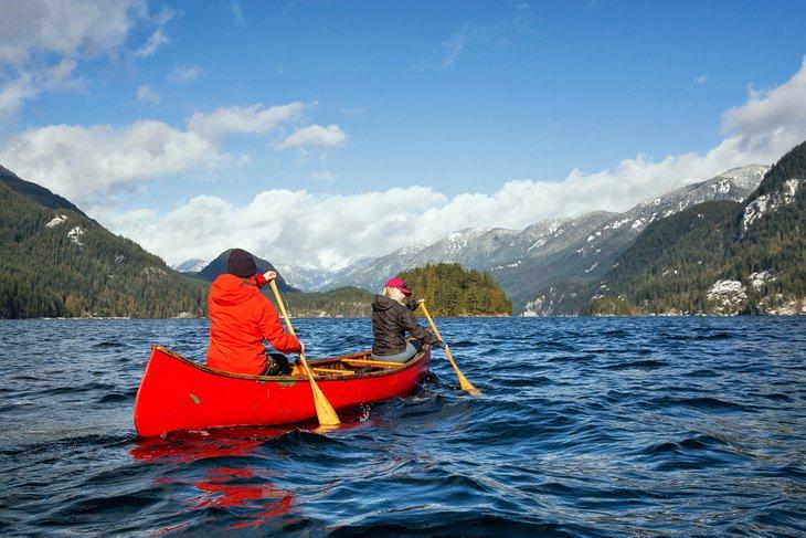 Remando en canoa en el fiordo de Indian Arm