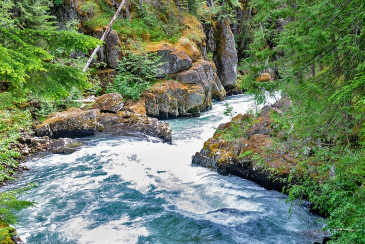 Río Cheakamus cerca del sitio de recreación Cal-Cheak