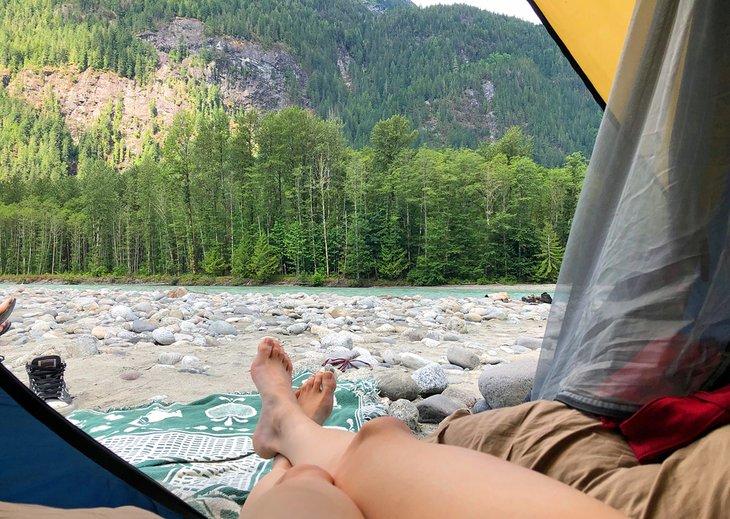Campistas disfrutando de la vista desde su carpa en Squamish Valley Campground