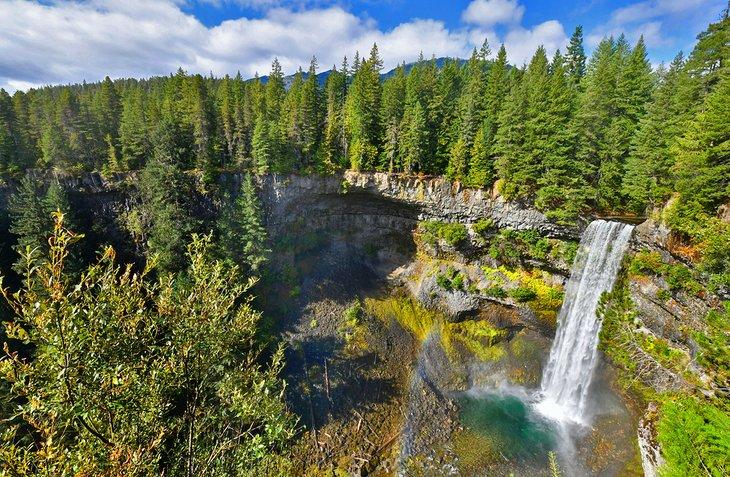 Parque provincial de las cataratas Brandywine cerca de los campamentos y el parque de casas rodantes de Whistler