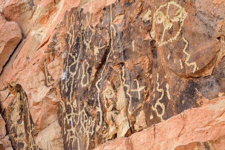 Petroglifos en el sendero de las chimeneas